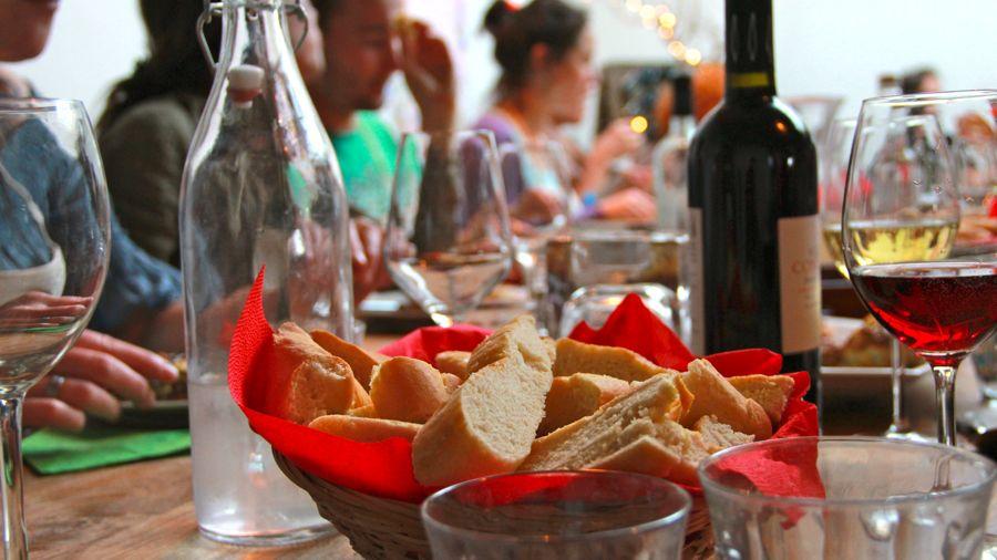 Aan tafel met brood en wijn kopie